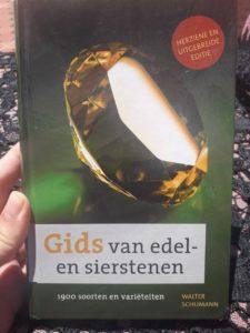 Boek over edelstenen en mineralen