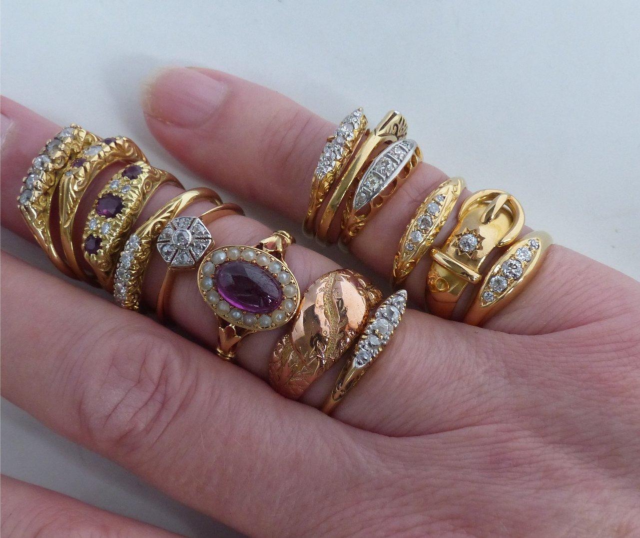 ringen van goud met edelstenen